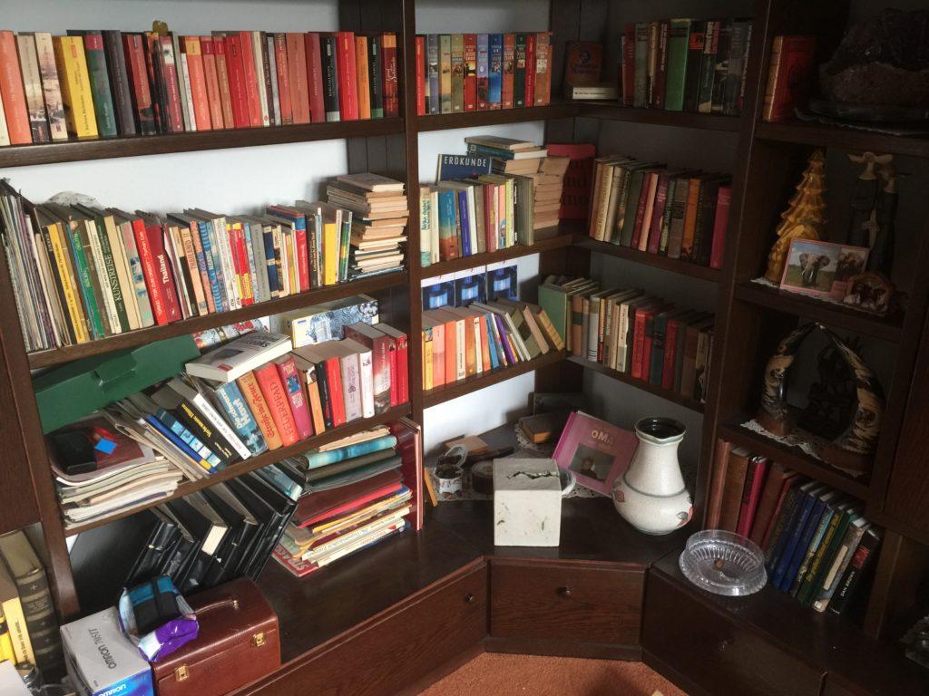 Bücherwand bei einer Haushaltsauflösung